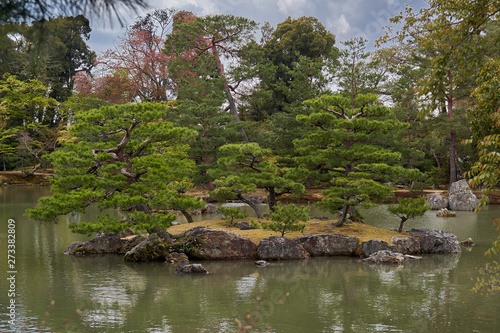 Photographie A lake with islands in the Golden pavilion park