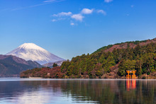 【神奈川県】元箱根港から富士山と芦ノ湖と鳥居