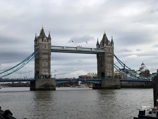 Fototapeta na wymiar Tower Bridge vu de Face