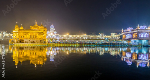 Photo  Golden Temple at night in Amritsar, Punjab, India.