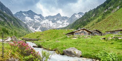 Papiers peints Pistache Panorama von Almhütten mit Gletscher im Hintergrund