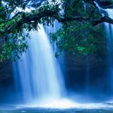 Fantastyczny tropikalny wodospad w świetle księżyca, delikatnie woda spadająca na klif, jako obraz akwareli. Khao Yai, Tajlandia. - 273491630