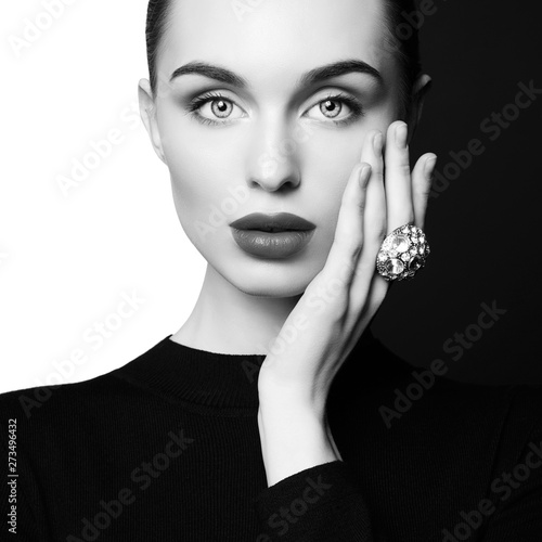La pose en embrasure womenART beautiful young woman with big ring pose in studio