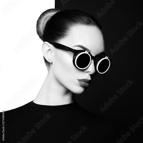 Tuinposter womenART beautiful young woman with black sunglasses