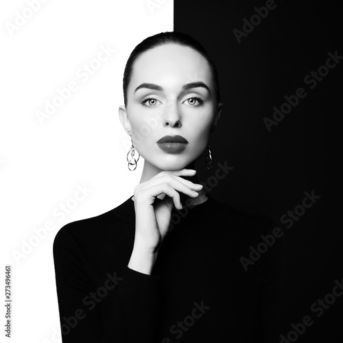 La pose en embrasure womenART beautiful young woman with big earrings pose in studio