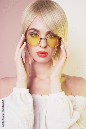 Küchenrückwand aus Glas mit Foto womenART Sensual stylish woman in erotic white dress. Blue-eyed lady with perfect lips in modern colour sunglasses