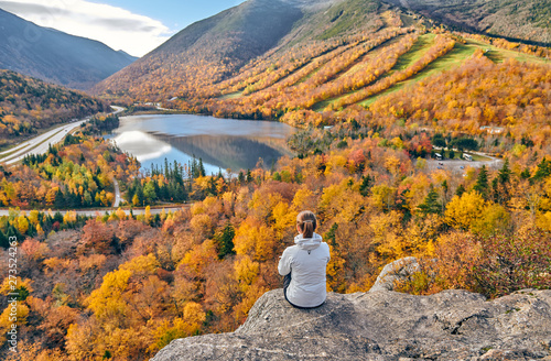 Fotomural  Woman hiking at Artist's Bluff in autumn