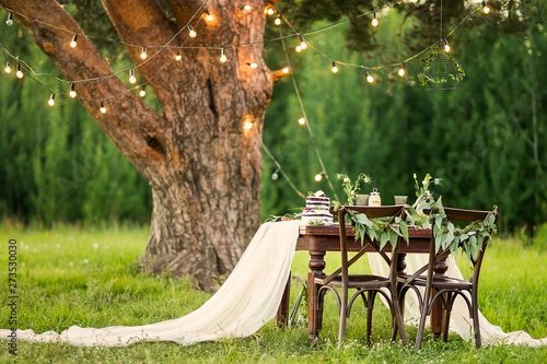 Foto Wedding banquet in the field at the pine tree