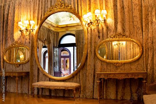 Salon tocador de espejos dorados modernista en Casino de Murcia