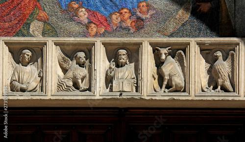 Photo Cristo e i simboli dei quattro Evangelisti; architrave del portale maggiore dell