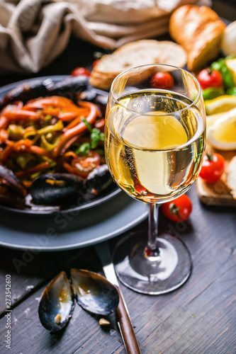 Photo  A glass of dry white wine on the background of Italian cuisine