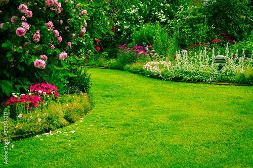 Fotografiet Garten mit Grünfläche