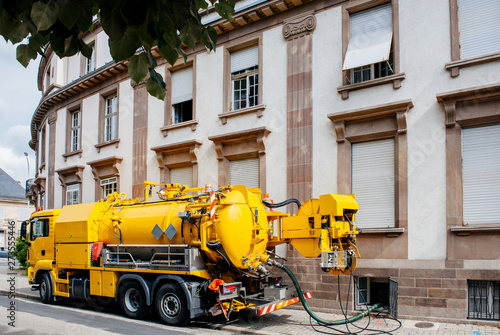 Photo  Side view of powerful professional modern yellow sewage sewerage truck working n
