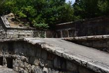 日本の広島県の大久野島の日本軍の工場の跡地の廃墟