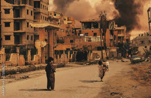 Fotografía Homeless kids in destroyed city looking for shelter / Military forces destroyed