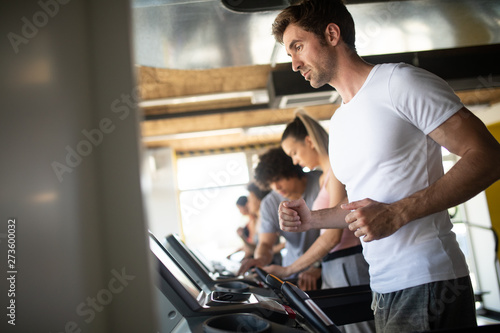 Fotografía  People running on treadmill in gym doing cardio workout