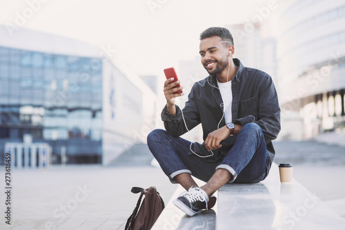 Young handsome men using smartphone in a city Fototapete