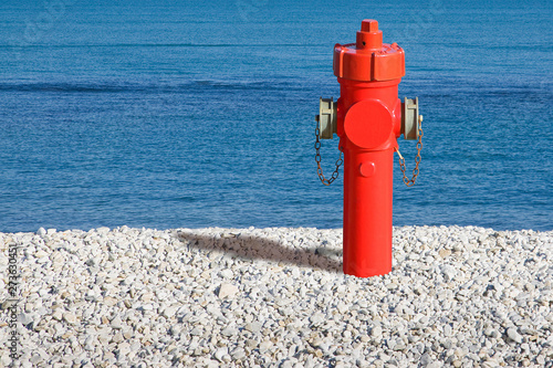 Photo A hydrant at the seaside. Plenty of water: concept image