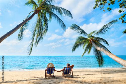Fotografía  Couple relax on the beach enjoying beautiful sea on the tropical island
