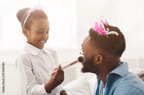 Valokuvatapetti Little Daughter Doing Makeup To Her Dad, Wearing Crowns