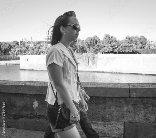 Fotografie, Obraz  parisiennes marchent sur les quais de Seine