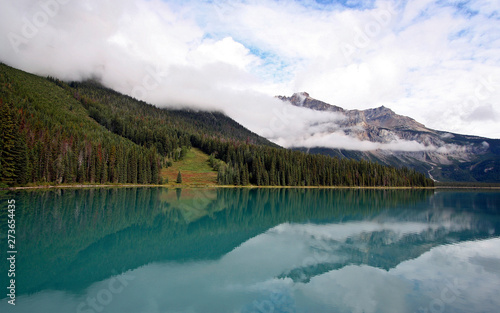 Photo sur Aluminium Piscine lake in the mountains