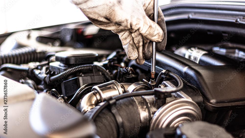 Fototapety, obrazy: Mechaniker führt Service in der Werkstatt durch