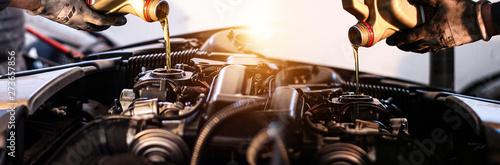 Fotografie, Obraz  Mechaniker wechselt das Motoröl