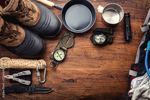 Photo  Outdoor travel equipment planning for a mountain trekking camping trip on wooden background
