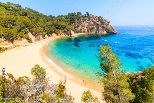 Photo Couple of people on Cala Giverola, most beautiful beach on Costa Brava, Spain