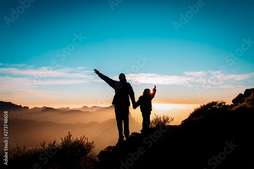 Foto op Aluminium Jacht happy father and daughter travel in mountains at sunset