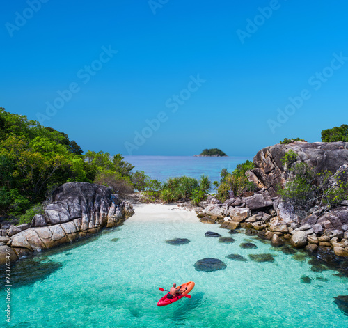 Photo  Aerial drone view of in kayak in crystal clear lagoon sea water during summer day near Koh Lipe island in Thailand