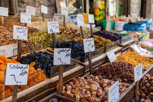 Photo Spices, nuts and sweets shop on the market in Amman downtown, Jordan
