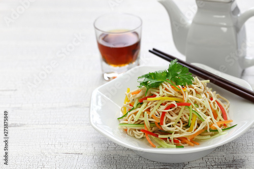 Photo  Tofu noodle salad chilled and dressed with sauce, chinese vegan cuisine