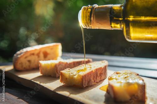 Carta da parati Sicilian olive oil on bread