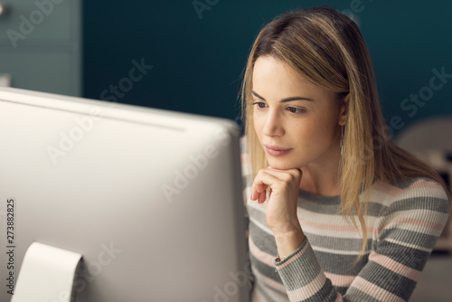 Foto auf Gartenposter Lineale Wachstum Young attractive woman working with a computer