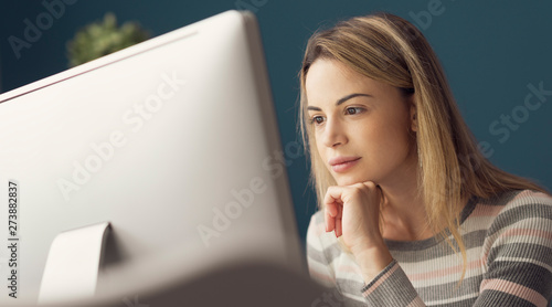 Young attractive woman working with a computer Canvas-taulu