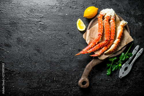 Photo  Crab on a cutting Board with lemon and parsley.