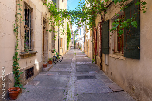 Photo Arles. Old narrow street in the historic center of the city.