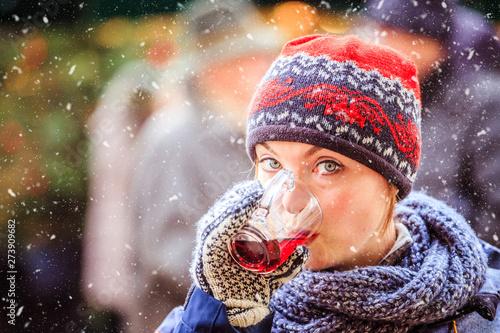 Fotomural  Enjoying Christmas time on the Christmas market