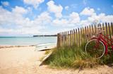 Plage de Bretagne et vieux vélo - 273929426