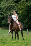 Fototapeta Konie - Schönes Pferd mit junger Besitzerin/Reiterin