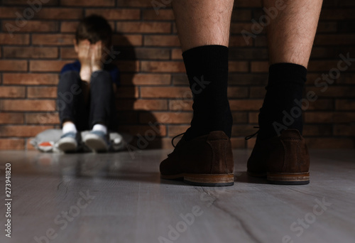 Adult man without pants standing in front of scared little boy indoors Fototapet