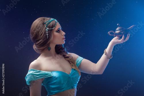 Arabska noc, pomyśl życzenie u genów. Wspaniała bohaterka Jasmine z magiczną lampą.