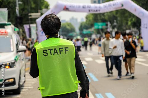 Fotografía man with staff vest