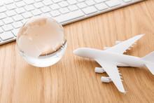 飛行機模型と地球儀