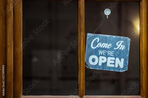 Fotografie, Tablou Plaque en métal vintage sur une porte avec inscription come in we're open