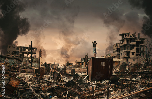 Fotografia Homeless little boy watching destroyed houses and bombarded city between smoke