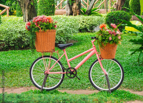 Türaufkleber Fahrrad Beautiful colorful flowers on pink bicycle in the garden