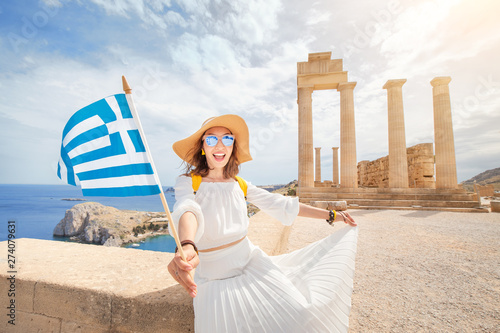 Photo Woman Traveler with backpack Enjoying great view og the ancient Greek Acropolis